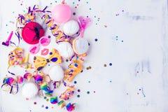 与党项目的五颜六色的生日或狂欢节框架在石背景 免版税库存图片