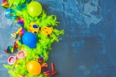 与党项目的五颜六色的生日或狂欢节框架在石背景 免版税库存照片