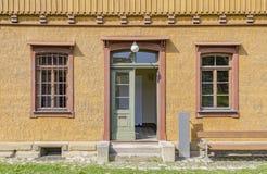 与入口和窗口的历史的房子门面 图库摄影