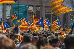 与全国加泰罗尼亚的标志的加泰罗尼亚的示威者在支持政治犯的自由的巴塞罗那 库存照片