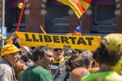 与全国加泰罗尼亚的标志的加泰罗尼亚的示威者在支持政治犯的自由的巴塞罗那 免版税库存图片