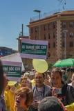 与全国加泰罗尼亚的标志的加泰罗尼亚的示威者在支持政治犯的自由的巴塞罗那 库存图片