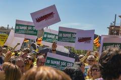与全国加泰罗尼亚的标志的加泰罗尼亚的示威者在支持政治犯的自由的巴塞罗那 图库摄影