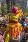 与全国加泰罗尼亚的标志的加泰罗尼亚的示威者在支持政治犯的自由的巴塞罗那 免版税库存照片