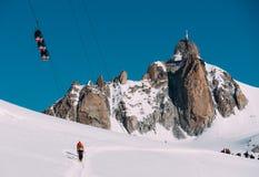 与全景勃朗峰缆车的南针峰峰顶 夏慕尼,法国,欧洲 库存图片