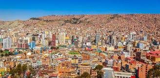 与全部的Nuestra de拉巴斯夫人五颜六色的城市市中心  免版税库存图片