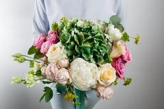 与八仙花属和牡丹的花构成 上色桃红色,绿色, lavander,蓝色 牛皮纸 酥脆包装 免版税库存照片