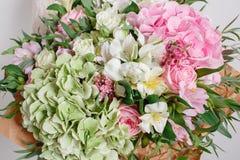 与八仙花属和玫瑰的花构成 上色桃红色绿色 牛皮纸 酥脆包装 库存照片