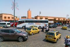与公共汽车、出租汽车、滑行车和carsin的繁忙的交通老镇的中心 图库摄影