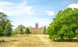 与公园和绿色树newbury英国的Highclere城堡 库存照片