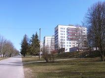 与公寓和边路的春天都市风景 免版税库存图片
