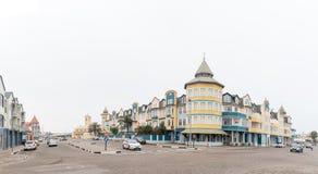 与公寓的街道场面和企业在斯瓦科普蒙德 免版税库存照片
