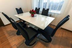 与六把椅子的白色木和玻璃圆的餐桌 moder 图库摄影