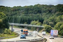 与六条车道的高速公路 在路面的镇压充满沥清 顶视图 图库摄影