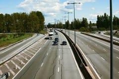 与六条车道的高速公路 图库摄影