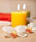 与兰花和蜡烛的两块毛巾 免版税库存照片