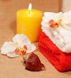 与兰花和蜡烛的两块毛巾 免版税库存图片