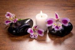 与兰花和蜡烛的美好的温泉设置 免版税图库摄影