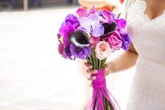 与兰花的新娘花束 免版税库存照片