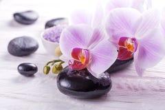 与兰花的温泉和浴 图库摄影