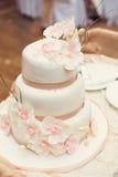 与兰花的白色婚宴喜饼 库存图片