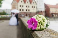 与兰花的美丽的婚礼花束 免版税库存照片
