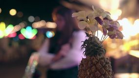 与兰花的菠萝装饰反对模糊的游人 股票录像