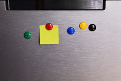 与关于冰箱的空白的便条纸 图库摄影