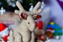 与关闭的圣诞节装饰圣诞节鹿和锥体与雪 免版税库存照片