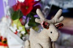 与关闭的圣诞节装饰圣诞节鹿和锥体与雪 库存图片