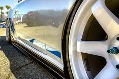 与关闭的蓝色饰物的白色外缘在汽车和轮子 免版税库存图片