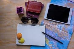 与其他旅行辅助部件在木,旅行概念背景的计划假期 免版税库存照片