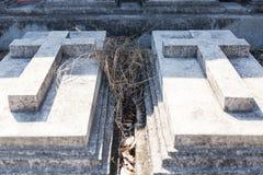 与具体十字架的两个坟墓在坟墓每年祝福在叻丕府,泰国的 库存图片