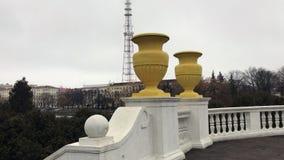 与具体栏杆和碗的城市堤防 电视塔是可看见的在距离 多云天气和雾 股票录像