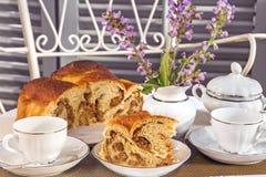 与典型的意大利有味道的农舍蛋糕La Gubana的茶时间 库存图片
