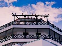 与典型的现代设计的西班牙别墅在明亮的蓝色c前面 图库摄影