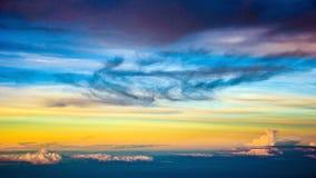 与典雅的云彩的五颜六色的日落天空 库存照片