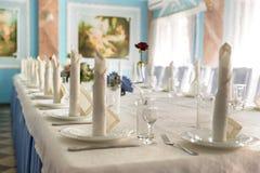 与典雅的亚麻布的婚礼桌 库存图片