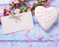 与典雅的佐仓的背景开花,白色装饰心脏 免版税库存照片