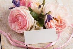 与典雅的花的您的文本的明信片和空标识符 库存照片