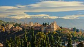 与内华达山山的阿尔罕布拉宫摩尔人城堡与雪冠上得后边 免版税库存图片