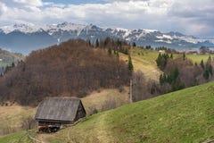 与农场的农村山风景 库存图片