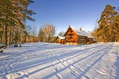 与农村房子的冬天风景 库存照片