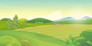 与农田和青山的国家风景在夏日 免版税图库摄影