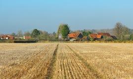 与农舍的英国农村风景 库存照片