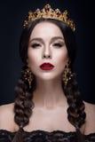 与冠和耳环的美丽的妇女画象 免版税库存图片