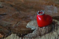 与冠的心脏在木背景 库存图片