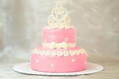 与冠的桃红色蛋糕 免版税库存照片