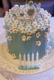 与冠的生日蛋糕 免版税库存图片