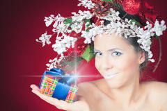 与冬天妇女、发型和构成,不可思议的神仙的圣诞节购物 图库摄影